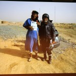 Arbeitstitel: Ein Bild geht um die Welt. Heinz bringt Karim den Tourenfahrer mit einem Artikel und einem Bild das Heike und Helmut ein Jahr zuvor von Karim gemacht haben.